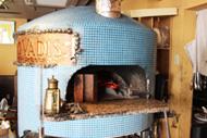 横浜市にあるイタリアン【Pizzeria Quo Vadis(ピッツェリア クオ ヴァディス)】のホームページへようこそ!当店は、横浜の中華街からも近く、JR石川町駅から徒歩5分の立地にございます。イタリア各地の郷土料理とこだわりのイタリアワインイタリアと同じ味の再現をコンセプトにしております!薪釜で焼いたピザ・手打ちパスタは格別!ぜひ当店自慢の味をご賞味ください。エスプレッソの機械も日本に20台しか取扱いがなく、なかなか味わうことのできない本格仕様です。皆様のお越しをスタッフ一同お待ちしております☆